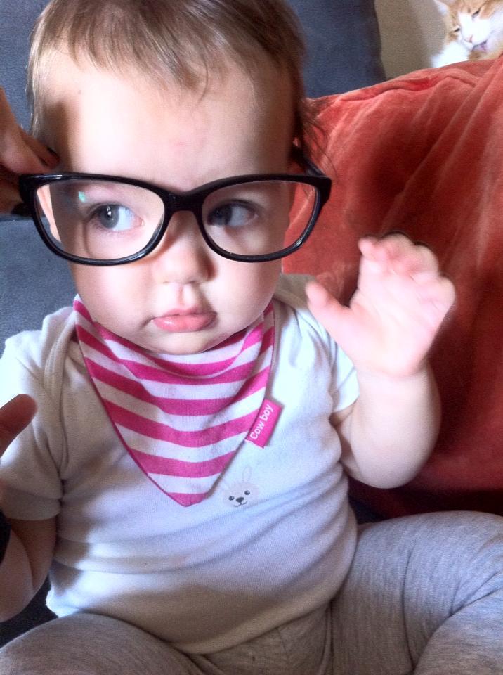 Mi hija, enseñando lo que es ser una intelectual.